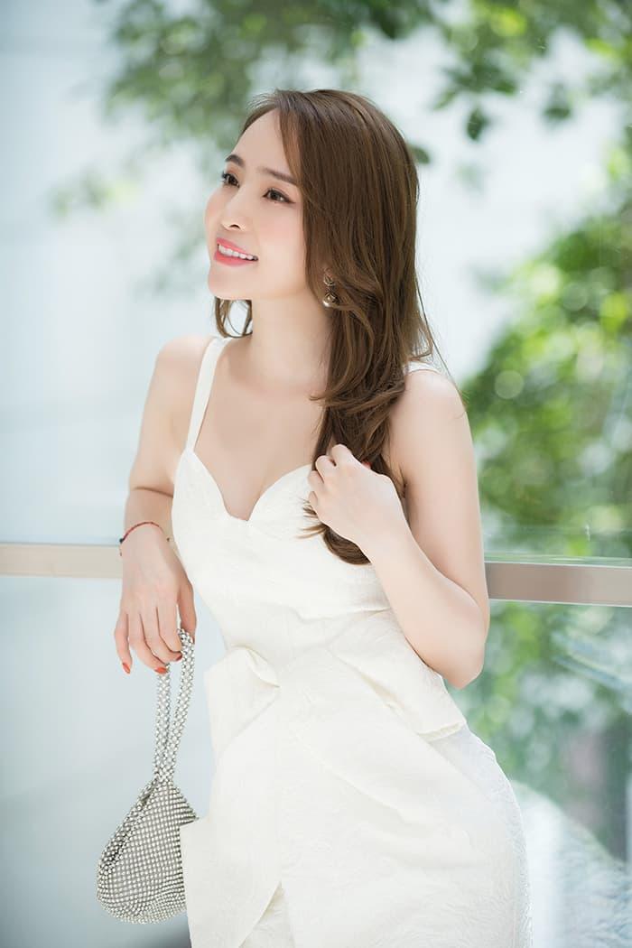 Quỳnh Nga mặc váy trắng muốt tôn vòng một, điệu đà như tiểu thư 4