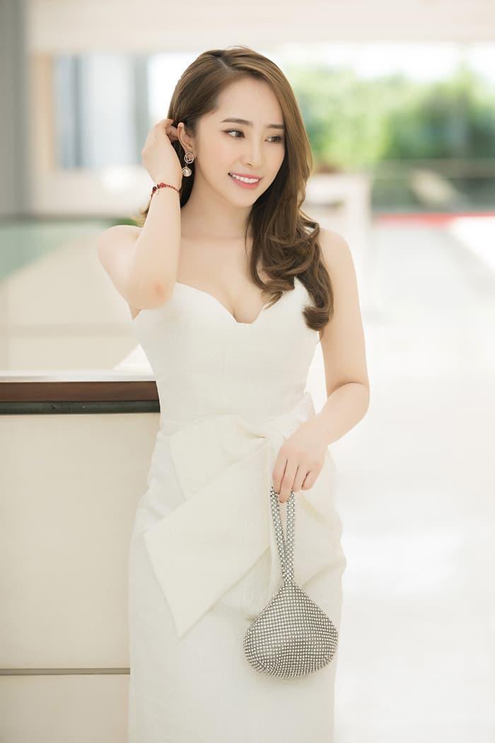 Quỳnh Nga mặc váy trắng muốt tôn vòng một, điệu đà như tiểu thư 3