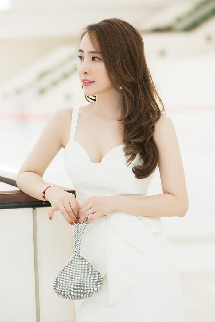 Quỳnh Nga mặc váy trắng muốt tôn vòng một, điệu đà như tiểu thư 2