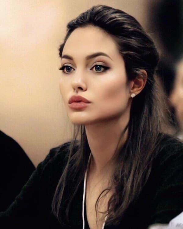 Ảnh xưa cũ của Angelina Jolie gây sốt trở lại: 'Nhan sắc báu vật', khí chất quyến rũ hơn người 1