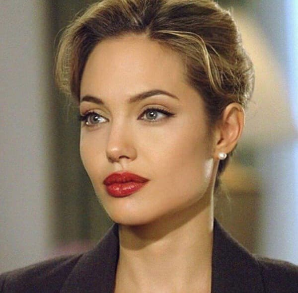 Ảnh xưa cũ của Angelina Jolie gây sốt trở lại: 'Nhan sắc báu vật', khí chất quyến rũ hơn người 3