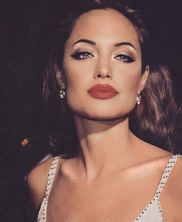 Ảnh xưa cũ của Angelina Jolie gây sốt trở lại: 'Nhan sắc báu vật', khí chất quyến rũ hơn người 4