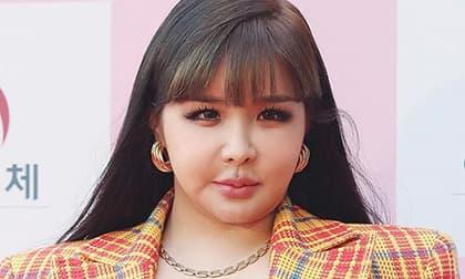 Nguyên nhân khiến Park Bom xuất hiện như 'thảm họa' với mặt sưng phồng, người béo ú nu gây choáng