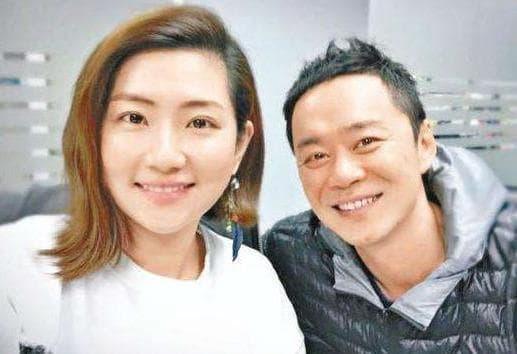 Mặt biến dạng do bỏng còn bị chồng ly hôn 'vì khó khăn trong chuyện chăn gối', ca sĩ nổi tiếng Trung Quốc giờ đẹp mơn mởn, còn hẹn hò trai trẻ như chưa từng mắc nạn 0