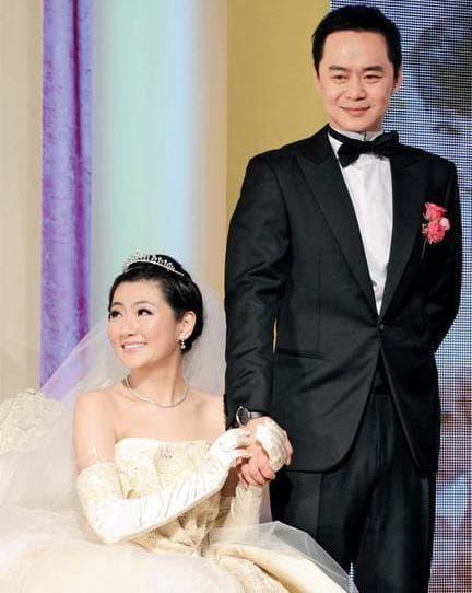 Mặt biến dạng do bỏng còn bị chồng ly hôn 'vì khó khăn trong chuyện chăn gối', ca sĩ nổi tiếng Trung Quốc giờ đẹp mơn mởn, còn hẹn hò trai trẻ như chưa từng mắc nạn 6