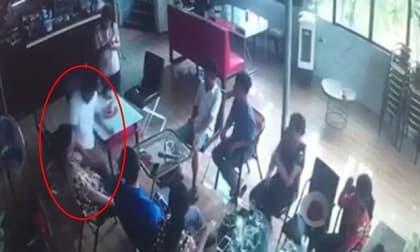 Khoảnh khắc 'ma men' bất ngờ đâm bạn tử vong trong quán cafe ở Hà Nội