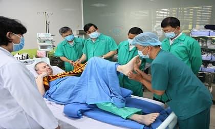 Phi công người Anh tập nói được vài câu tiếng Việt, thử lực chân cùng bác sĩ
