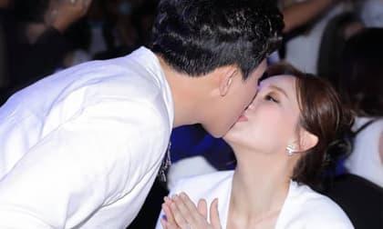 Từng bị chỉ trích hôn Hari Won ở sự kiện, Trấn Thành đáp trả bằng hành động mùi mẫn không kém