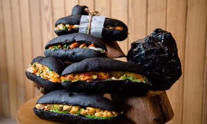 Xuất hiện bánh mì đen như than Quảng Ninh đang gây sốt ở Hạ Long