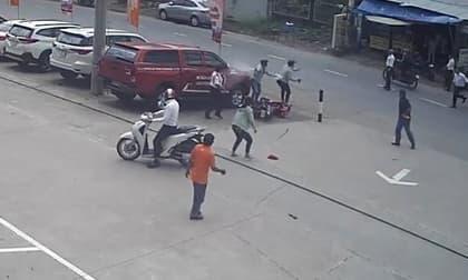Hai tên cướp dây chuyền dùng dao và bình xịt hơi cay tấn công người dân để thoát thân