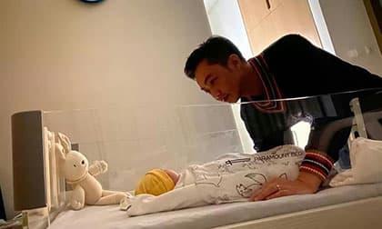 Khoảnh khắc Cường Đô la dịu dàng với con gái vừa chào đời khiến cư dân mạng tan chảy