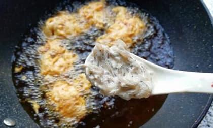 Cách làm tôm sông nhỏ viên chiên trứng giòn vàng, bổ sung canxi rồi rào mà thịt không bị biến chất