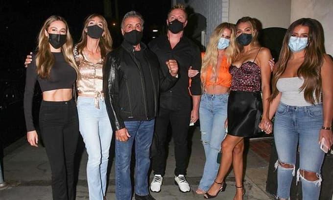 Tài tử 'Rambo' 74 tuổi đưa gia đình đi dạo phố, nhìn dàn chân dài như siêu mẫu từ vợ đến con gái ai cũng ngưỡng mộ