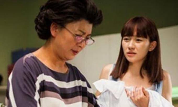 Mẹ chồng bắt con dâu mang quần áo cũ của mình về cho mẹ ruột mặc, một câu nói của chồng khiến người vợ bật khóc