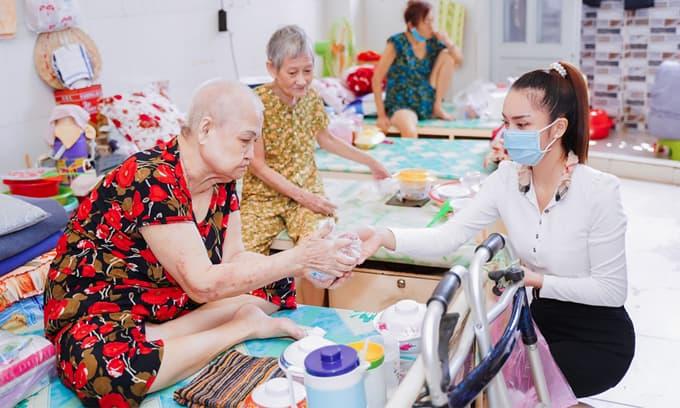 Á khôi Nguyễn Thùy Chi đẹp giản dị phát quà Trung Thu