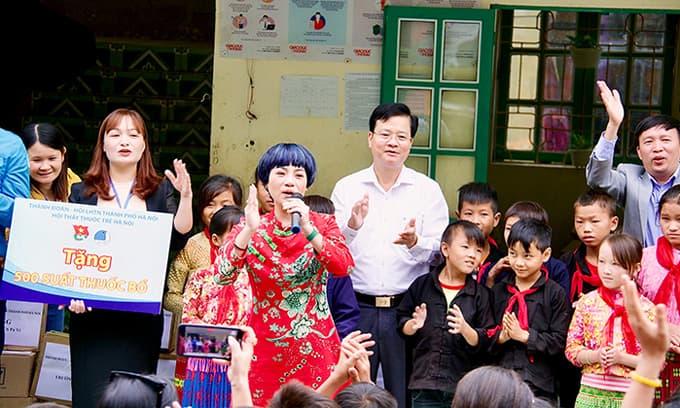 Ca sĩ Ngọc Khuê cùng nghệ sĩ Xuân Bắc lên Hà Giang phát quà từ thiện