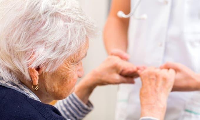 Bị các anh chị đùn trách nhiệm chăm mẹ già, bất ngờ vợ tôi đã có hành động khiến mọi người đều sốc