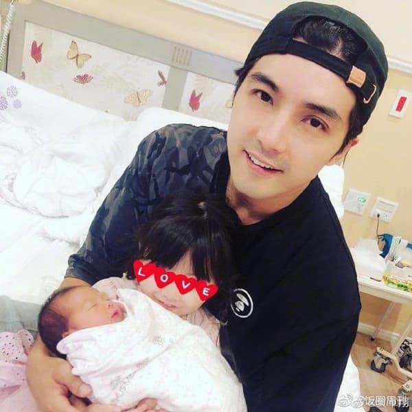 'Mỹ nam xứ Đài' Hạ Quân Tường ép vợ sinh sớm 2 tuần vì không thích con gái mang cung Xử Nữ 1