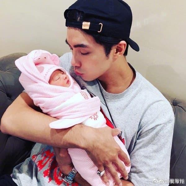'Mỹ nam xứ Đài' Hạ Quân Tường ép vợ sinh sớm 2 tuần vì không thích con gái mang cung Xử Nữ 2