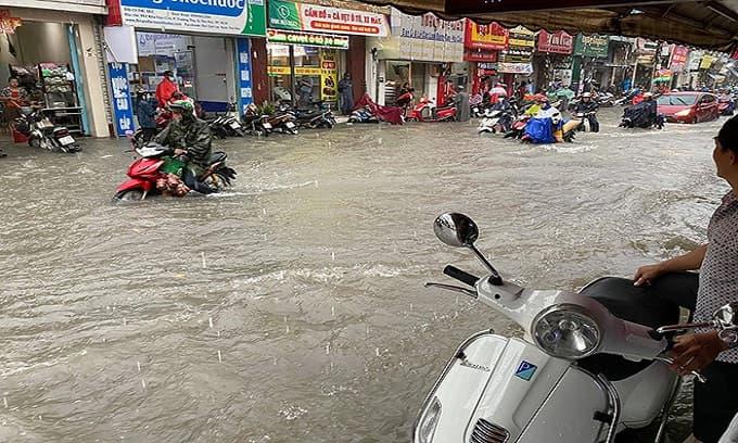 Đường biến thành sông sau trận mưa lớn, nước cuốn trôi cả người và xe máy ở khu vực chợ Thủ Đức