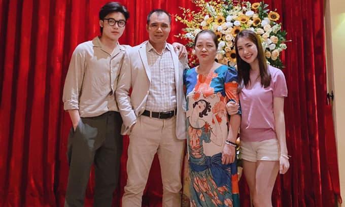 Hoà Minzy hiếm hoi khoe ảnh gia đình, em trai hot boy chiếm trọn spotlight