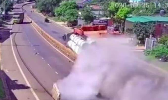 Va chạm với taxi, xe tải cẩu chở bê tông mất lái cày nát 30m dải phân cách