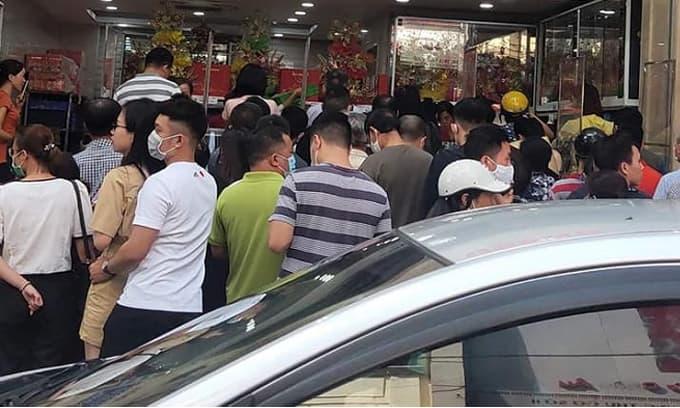 Nhãn hiệu bánh trung thu truyền thống nào 'ngon nhất Hà Nội'? Cứ đến mùa lại tắc cả đoạn phố dài xếp hàng mua