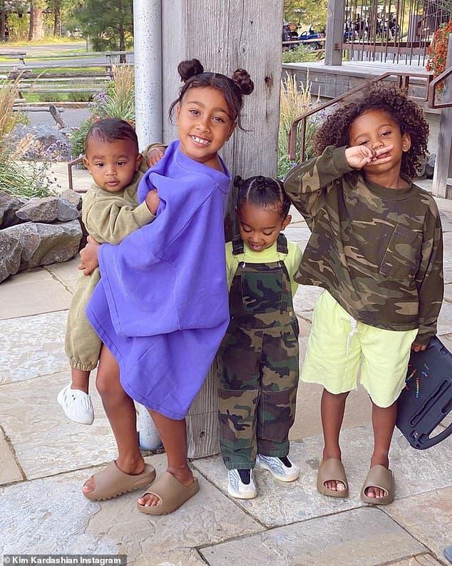 Kim Kardashian khoe ảnh gia đình hạnh phúc bên Kayne West và 4 con sau khi rộ tin đồn ly hôn 5