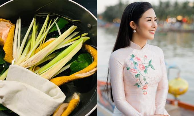 Đúng mẫu phụ nữ truyền thống, Hoa hậu Ngọc Hân học mẹ cách nấu nước bồ kết, thảo dược để gội đầu