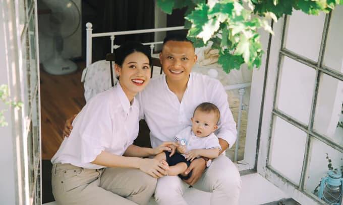Cầu thủ Trọng Hoàng đăng loạt ảnh bên vợ con, bày tỏ sự nhớ nhung vì trung thu không về được
