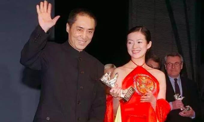 20 năm trước, Chương Tử Di mặc váy màu đỏ cùng Trương Nghệ Mưu lên sân khấu nhận giải, sau khi bước xuống, vị đạo diễn đã rất tức giận và chửi bới