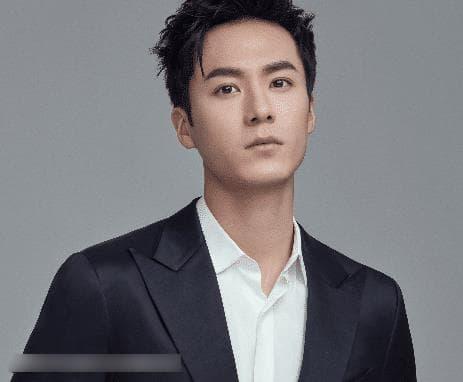 Anh làm việc mờ nhạt 7 năm trong công ty của Lâm Tâm Như, nhờ Triệu Lệ Dĩnh tiến cử mà phất lên như diều gặp gió 4