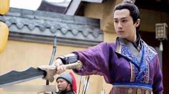 Anh làm việc mờ nhạt 7 năm trong công ty của Lâm Tâm Như, nhờ Triệu Lệ Dĩnh tiến cử mà phất lên như diều gặp gió 2