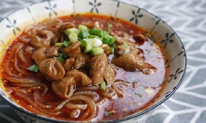 Bún ruột già heo chua cay béo mềm tan trong miệng, nhưng không ngấy và rất thơm ngon