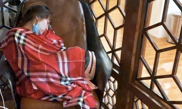 Hòa Minzy kiệt sức đến ngủ thiếp đi tại sân bay sau 2 đêm thức trắng cứu trợ người dân vùng lũ