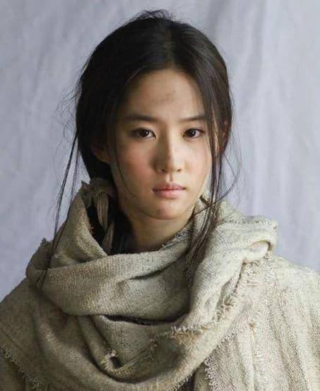 Cùng khoác lên người bộ trang phục ăn mày, Angela Baby trông giả tạo, Quan Hiểu Đồng thì như cô bé bán diêm, chỉ có Tôn Lệ và Lưu Diệc Phi diễn đạt nhất 1