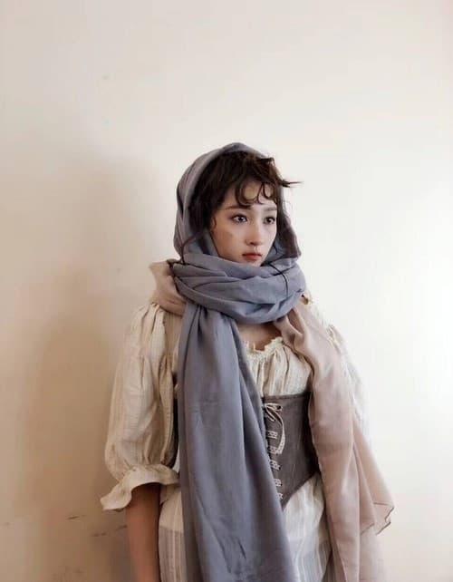 Cùng khoác lên người bộ trang phục ăn mày, Angela Baby trông giả tạo, Quan Hiểu Đồng thì như cô bé bán diêm, chỉ có Tôn Lệ và Lưu Diệc Phi diễn đạt nhất 0