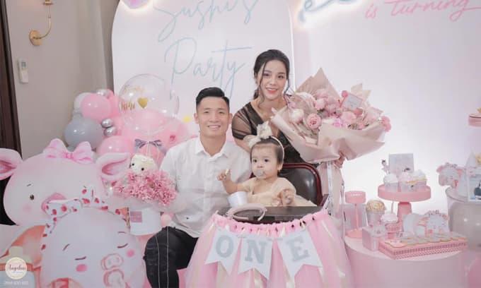 Cầu thủ Bùi Tiến Dũng và vợ chưa cưới Khánh Linh sánh đôi tổ chức tiệc thôi nôi hoành tráng cho con sau tin đồn rạn nứt