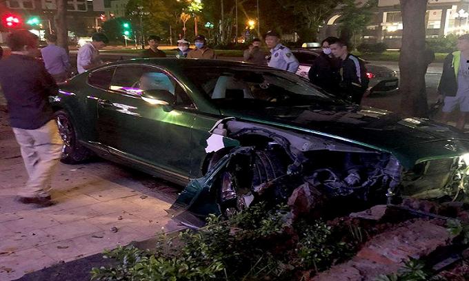 Siêu xe Bentley 25 tỷ còn chưa lắp biển đã toác đầu, bung túi khí sau khi lao lên vỉa hè ở Hà Nội