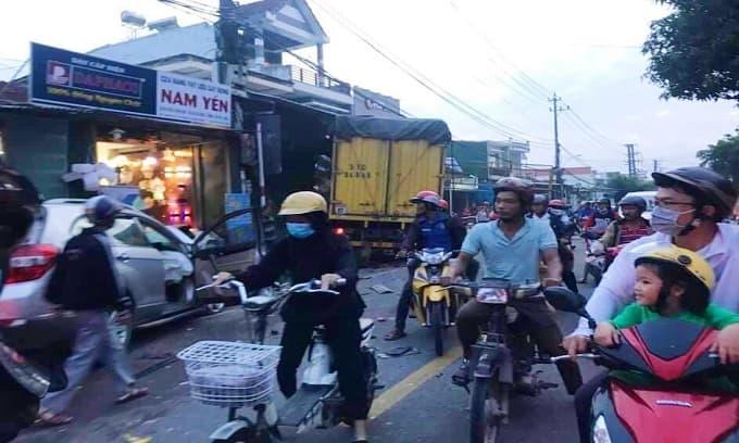 2 ô tô lao liên tiếp vào nhà dân, ít nhất 6 người thương vong