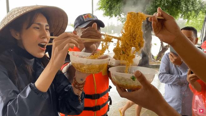 Xúc động bữa ăn ngon nhất của Thủy Tiên: Chỉ một bát mì nấu nước sôi, ăn vội ven đường - Ảnh 5.