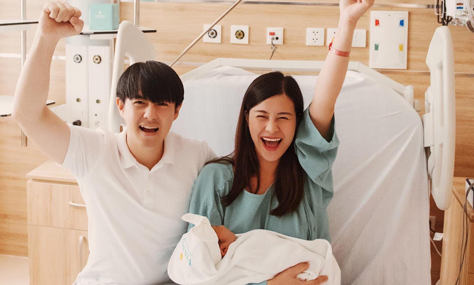 Đông Nhi lần đầu đăng ảnh gia đình ba người, hé lộ biểu cảm của Ông Cao Thắng khi con gái vừa khóc chào đời