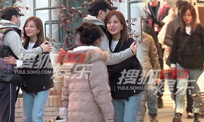 Rò rỉ hình ảnh Triệu Vy trẻ trung và rạng rỡ ôm đồng nghiệp trên phim trường