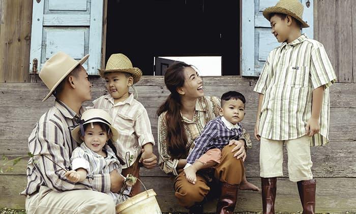 Ngây ngất với bộ ảnh 'gia đình nông dân' của Thành Đạt - Hải Băng