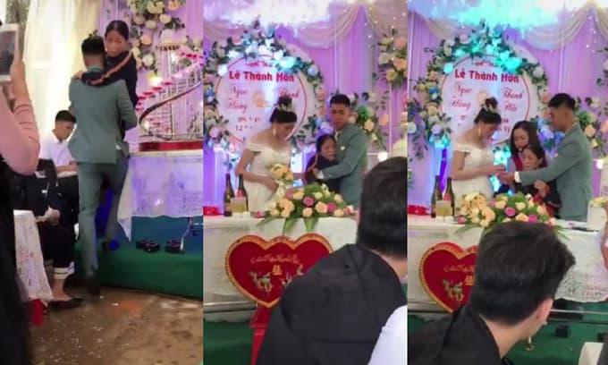 Rơi nước mắt cảnh chú rể bế mẹ bại liệt lên sân khấu trao nhẫn cho cô dâu