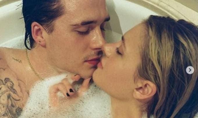 Cậu cả nhà Becks và vị hôn thê tung ảnh nóng bỏng trong bồn tắm