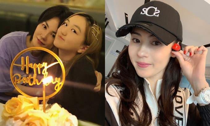 Con gái hở hàm ếch của Vương Phi chạm trán với Trương Bá Chi tại sân bay, cách cư xử của cô bé tiết lộ nền giáo dục từ gia đình