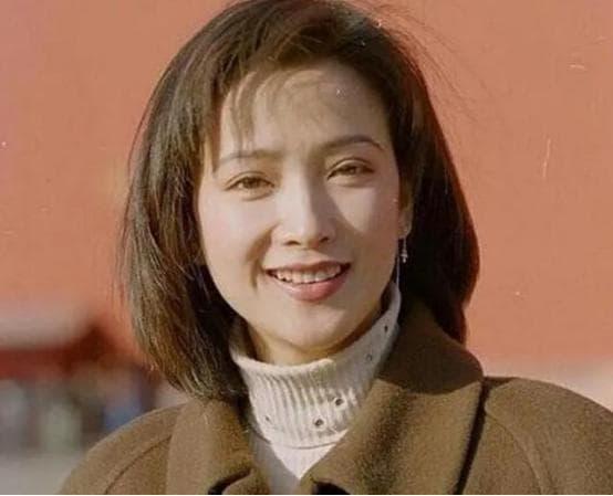 Người đẹp cổ trang Hà Tình, 55 tuổi, bị Hứa Á Quân bỏ rơi, đã từng bị u não và được chăm sóc như công chúa 9