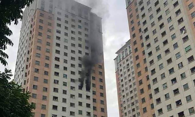 Cháy dữ dội tại chung cư ở Hà Nội sau tiếng nổ lớn, người dân hoảng hốt tháo chạy