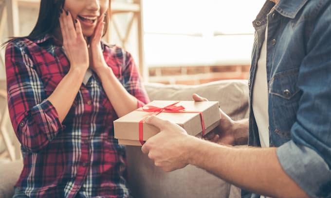 Tán mãi không được, chàng trai đến tận nhà tặng món quà bất ngờ khiến cô gái 'đổ đứ đừ'